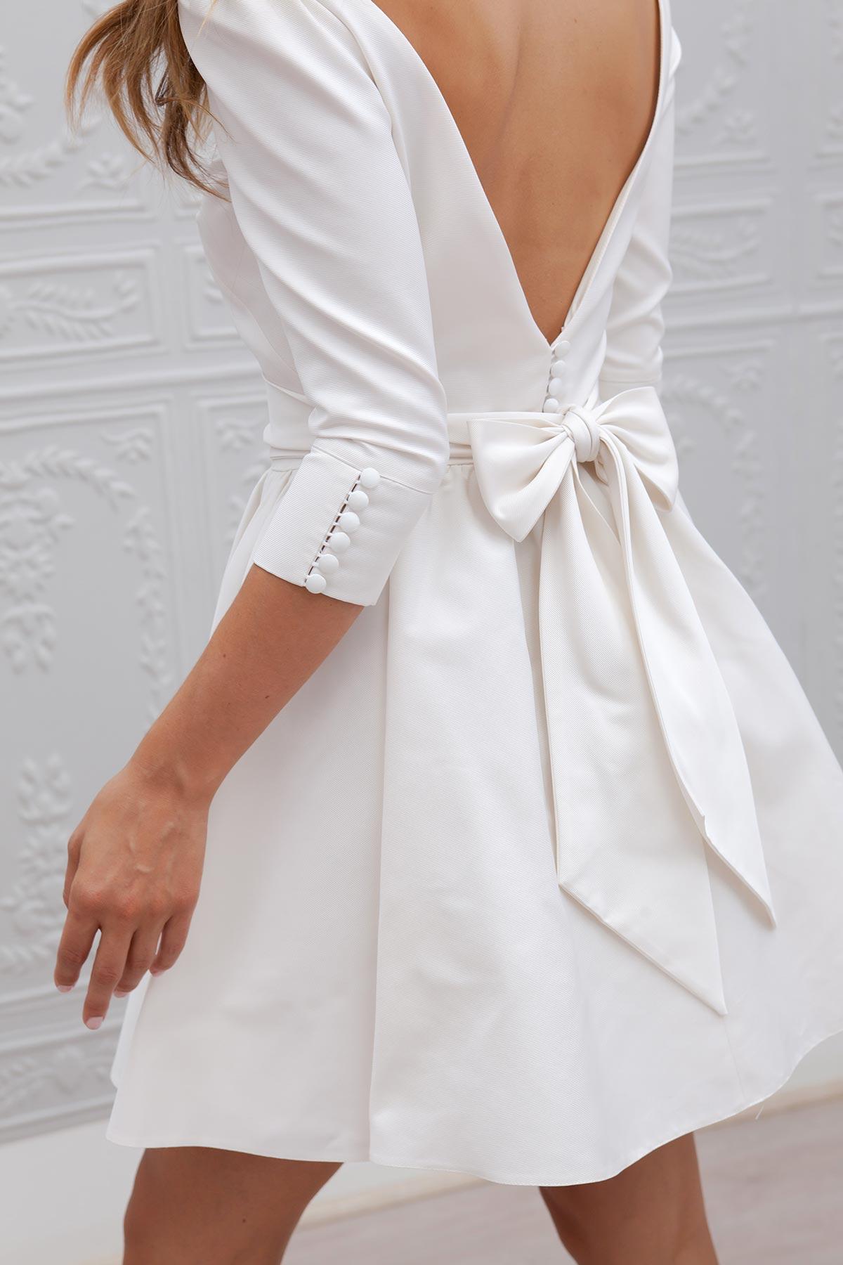 Robe noire et blanche avec noeud